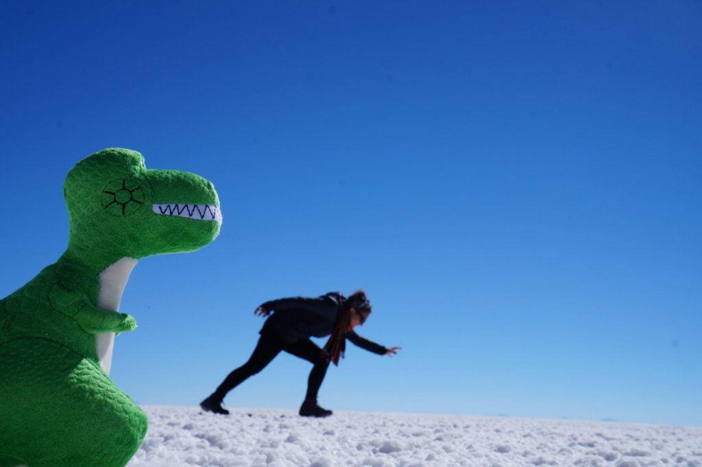 bolivia deserto di sale fotografie con dinosauro